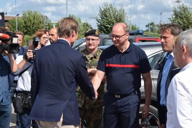 Le Grand-Duc Henri (ici de dos) et le Premier ministre Xavier Bettel se sont notamment rendus sur place ce samedi. (Photo: Twitter / @CGDISlux)