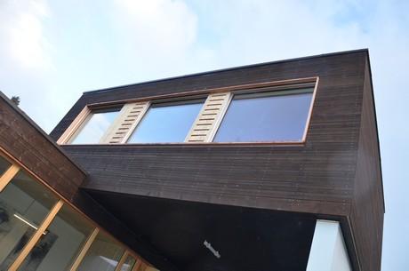 Trois modules en bois préfabriqués installés en trois jours: les bureaux réalisés par Blumer Lehmann pour le compte de FAT Architects à Moutfort illustrent combien une construction bois peut être simple et efficace.  (Photo: Luxinnovation)