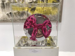 Édition de Jeff Koons pour Bernardaud sur le stand de Bel-Air Fine Art. ((Photo: Paperjam))