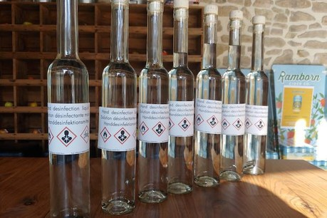 Grâce à des produits habituellement utilisés pour fabriquer des eaux-de-vie, Ramborn a concocté plusieurs dizaines de bouteilles de solution hydroalcoolique artisanale. (Photo: Ramborn)