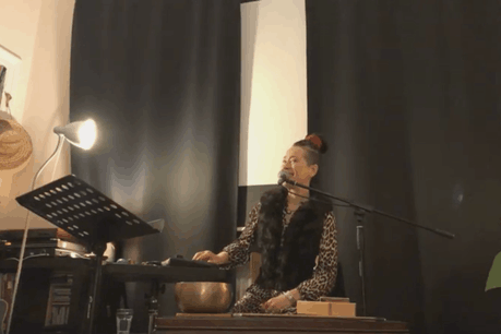 Le mardi 24 mars, la vocaliste, musicienne et actrice Sascha Ley s'est produite sur «Live aus der Stuff» depuis son salon, pour un concert «privé» par écran interposé! (Photo: Capture d'écran/Facebook)