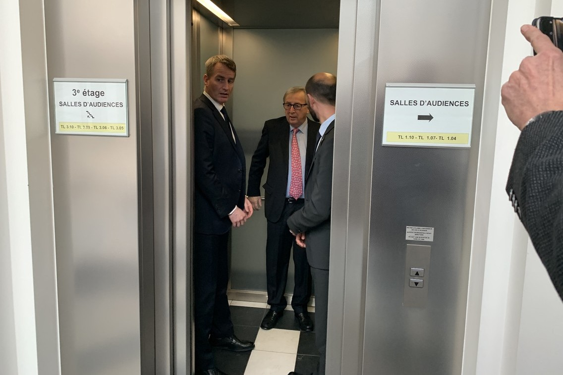Jean-Claude Juncker avait joué à cache-cache avec les photographes et n'était pas entré dans la salle du tribunal pour le début de l'audience. Il n'a pas échappé à la presse en sortant. (Photo: Paperjam)