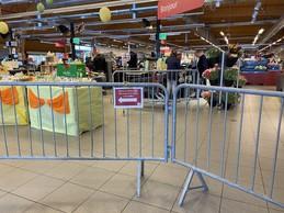 À l'entrée du Delhaize, un parcours fléché au milieu des produits de Pâques, pour entrer dans le magasin. ((Photo: Paperjam))
