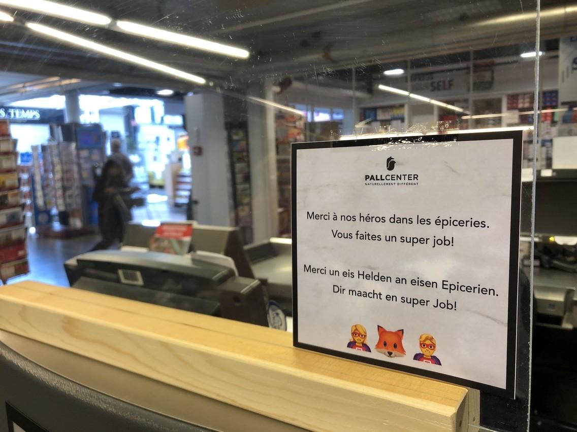 Petit mot sympa, au Pall Center, à l'intention des employés qui veillent à ce que tout le monde puisse s'approvisionner. (Photo: Paperjam)