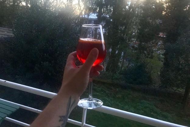 Un spritz, un bon verre de vin, une mousse bien fraiche, un cocktail ou un soft... tout est bon pour trinquer ensemble à nos fenêtres et balcons ce soir! (Photo: Maison Moderne)