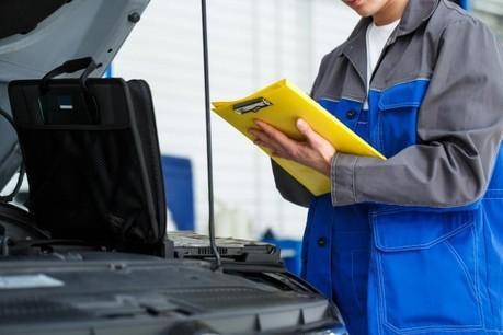 Les fédérations de l'automobile dénoncent le maintien de certains contrôles techniques, mettant en danger le personnel des centres comme les clients. (Photo: Shutterstock)